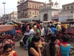 Em Chandni Chowk, ponto central de Old Delhi, as pessoas andam na rua porque um pedacinho livre de calçada é item raro.