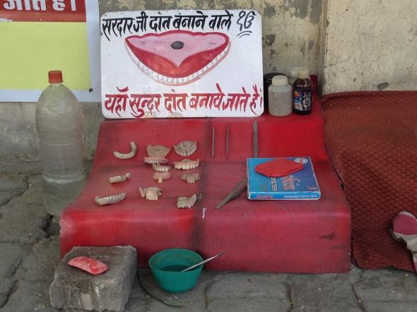 Dar um tapa na dentadura também é evento público por aqui.