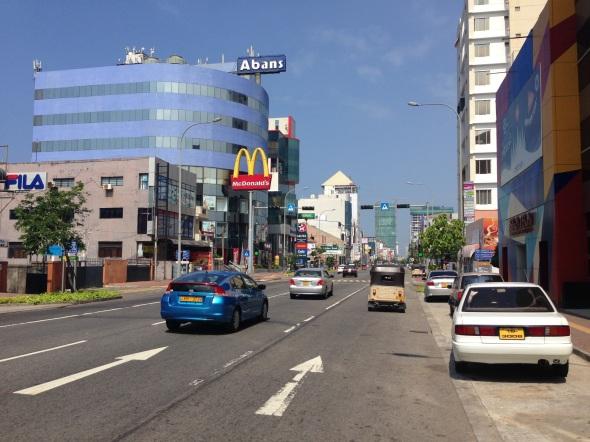 Galle Rd, uma das mais movimentadas de Colombo.