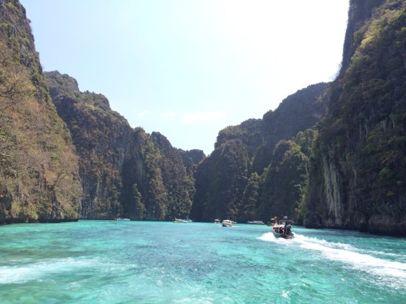 Barcos peixes-juninos na deslumbrante Baía Pih-Leh